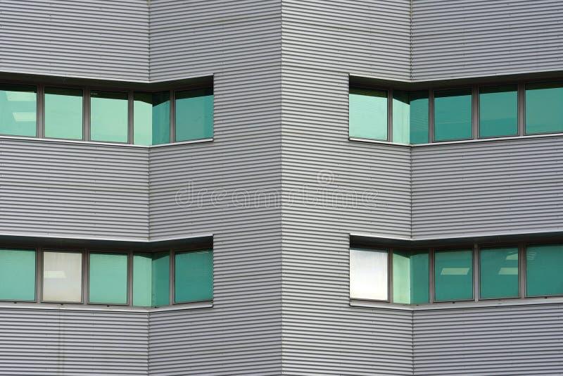 Gröna fönster av den moderna skyskrapan för stadsaffärsbyggnad Moderna hyreshusar i ny grannskap royaltyfri bild