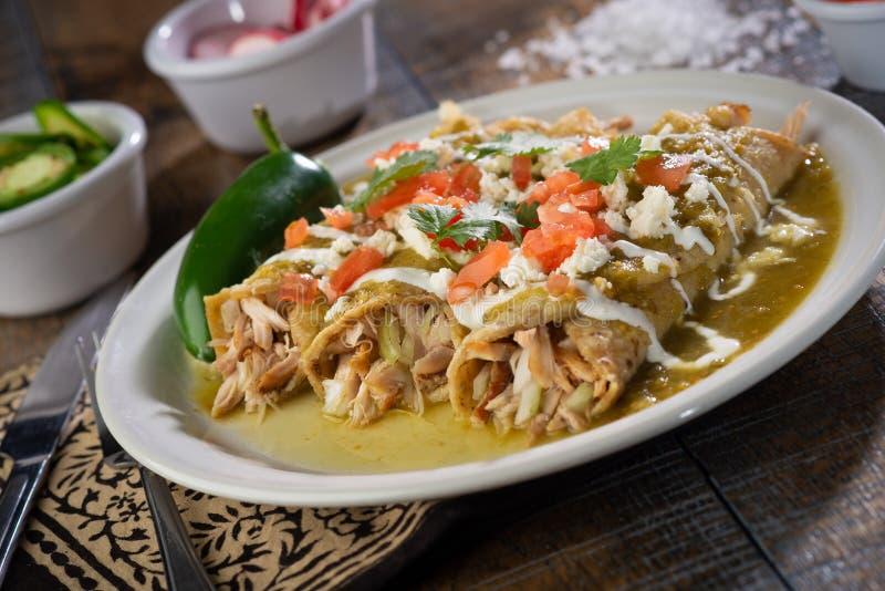 Gröna fega enchiladas royaltyfri foto
