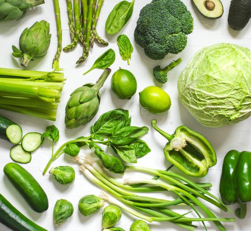 Gröna grönsaker och frukter på en vit bakgrund Ny organisk sund mat arkivfoto