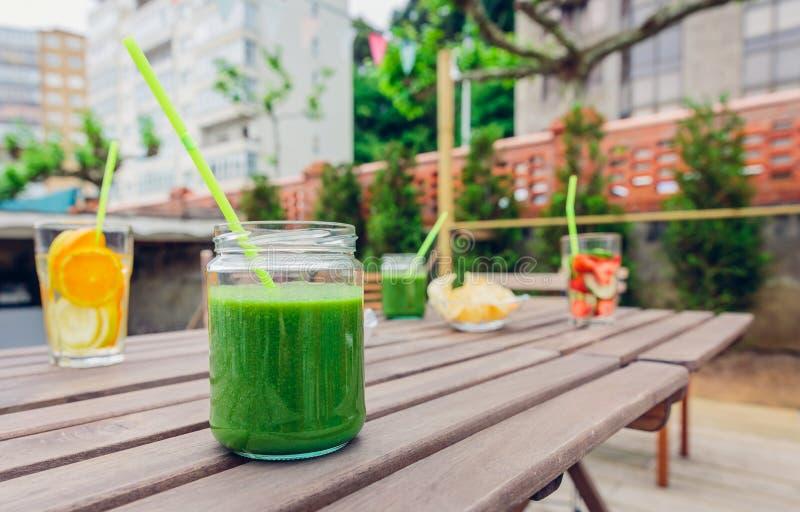 Gröna grönsaksmoothies och ingett fruktvatten arkivbilder