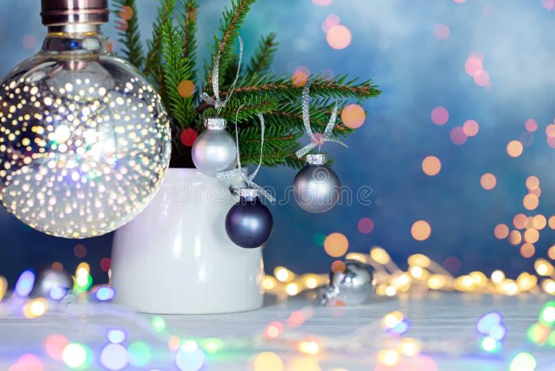 Gröna granträdfilialer som dekoreras med julbollar på defocu royaltyfri bild