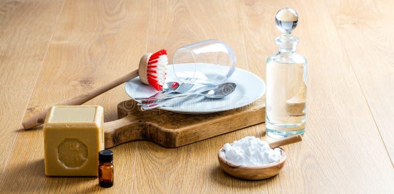 Gröna ingredienser och nödvändiga oljor för att göra ren och inhemskt liv royaltyfri bild