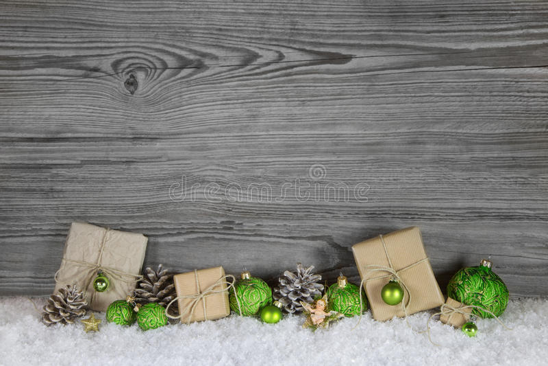 Gröna julklappar som slås in i naturligt papper på gammalt trä royaltyfri fotografi
