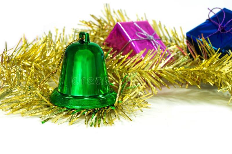 Gröna julklockor är i glitter- och gåvaasken arkivfoto