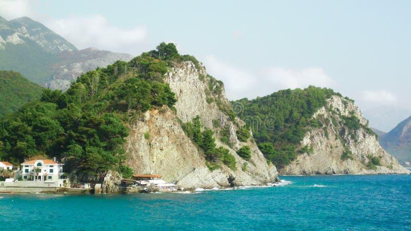 Gröna klippor på den Adriatiska havet kusten royaltyfri foto
