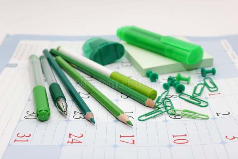Gröna kontorstillförsel - blyertspennor, pennor, markörer royaltyfri bild