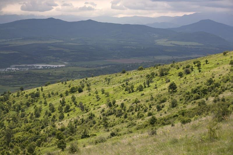 gröna kullar landscape berg royaltyfria bilder