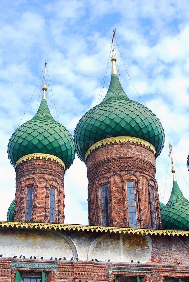 Gröna kupoler av kyrkan av Saint Nicolas i Yaroslavl, Ryssland arkivfoton