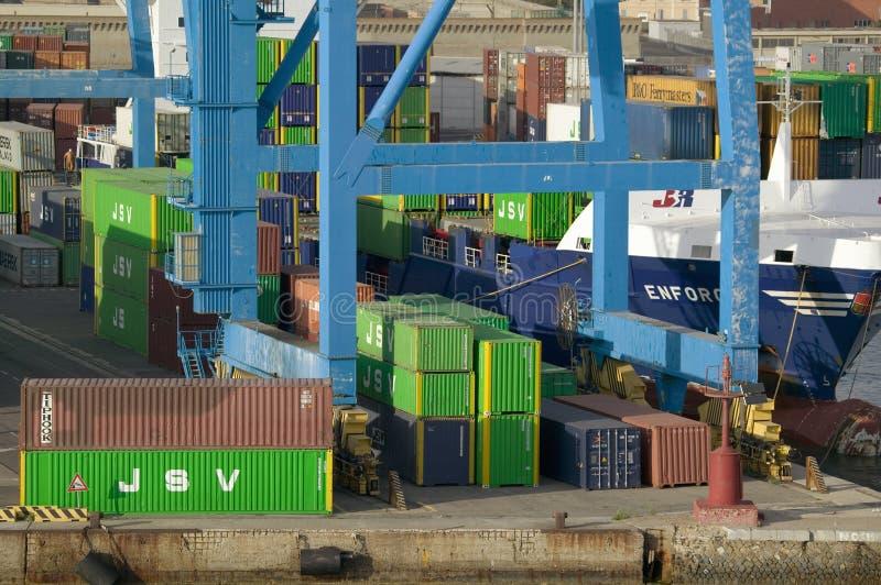 Gröna lastbehållare som staplas upp på port av Civitavecchia, Italien, porten av Rome royaltyfri bild