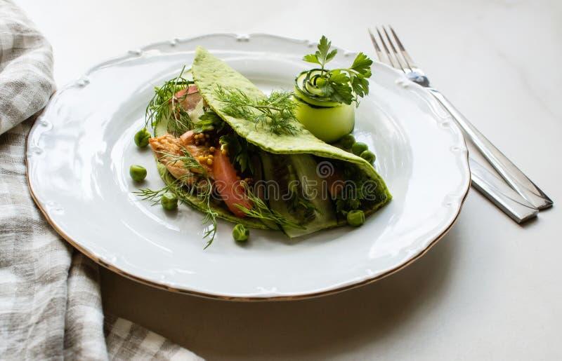 Gröna lavashtortillor med spenat, stekt kyckling, ny gräsplansallad, tomater, yoghurtsås arkivbild