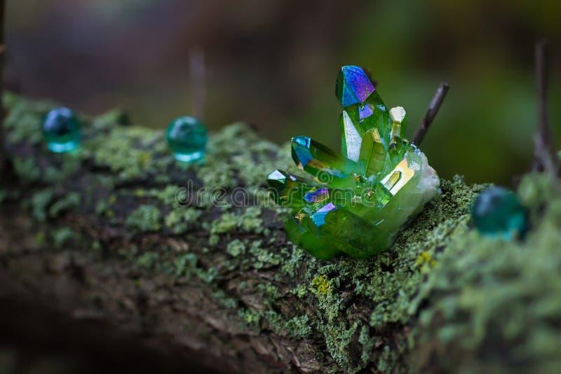 Gröna magiska kristaller i skogen arkivfoton