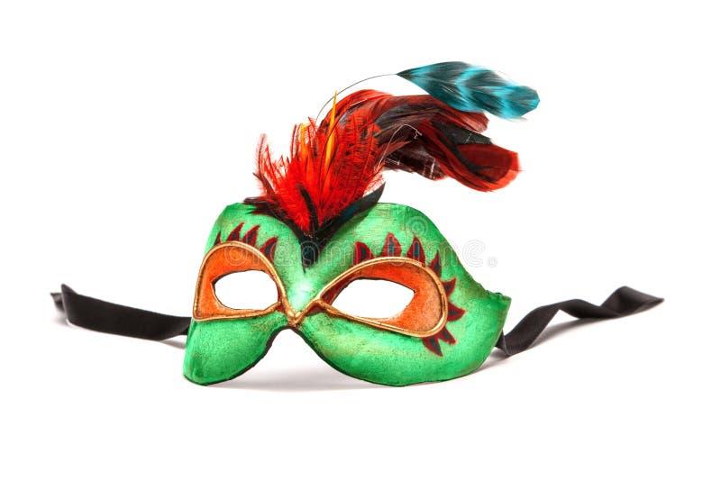 Gröna Mardi Gras Mask med fjädrar på vit bakgrund med bla royaltyfria bilder