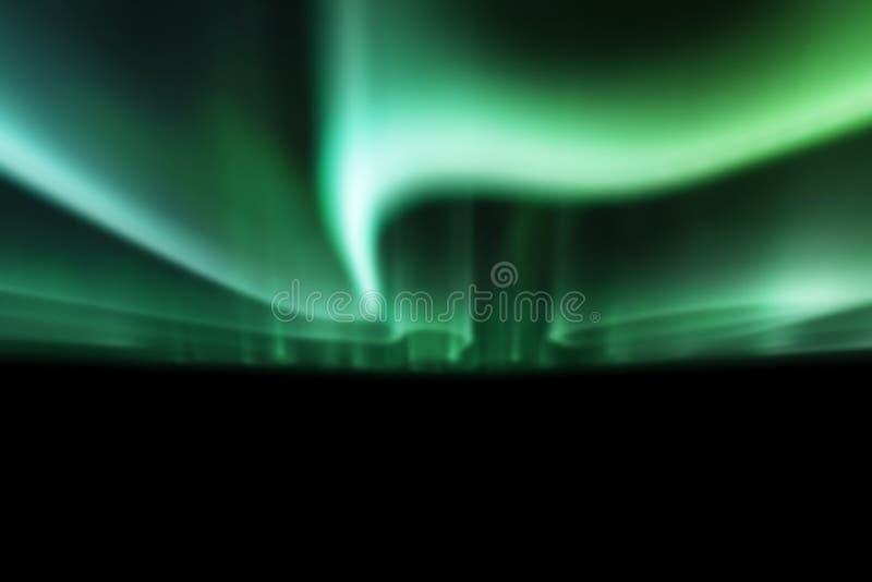 Gröna nordliga ljus mot svart tillbaka jordning royaltyfri foto