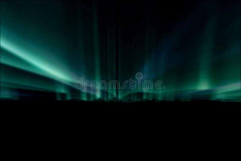 Gröna nordliga ljus mot svart tillbaka jordning arkivbild