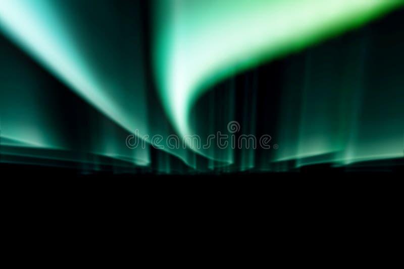 Gröna nordliga ljus mot svart tillbaka jordning arkivfoto