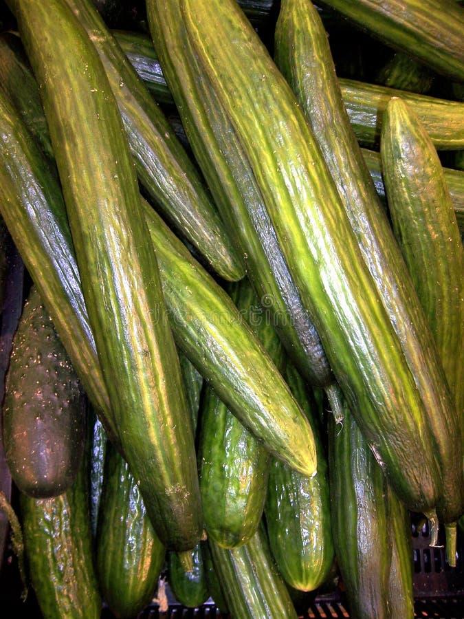 Gröna nya gurkor stänger upp till salu shoppar in, sund mat är mycket arkivfoto