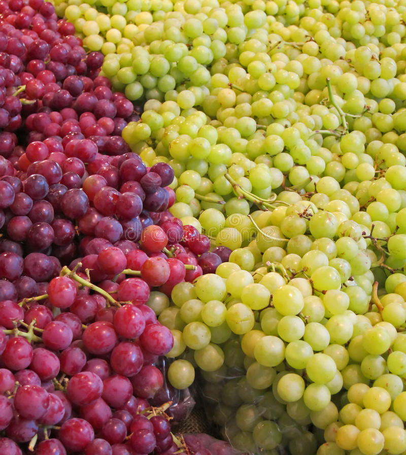 Gröna och röda Seedless druvor royaltyfri bild