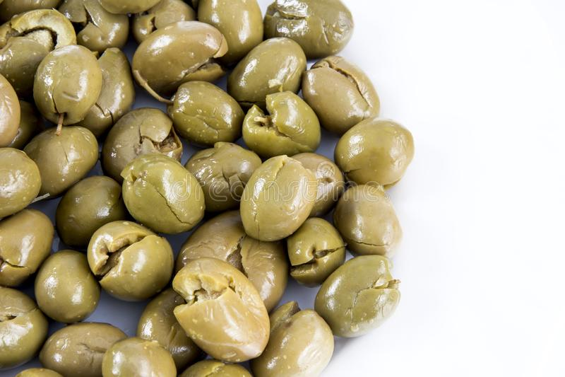 Gröna oliver med vit bakgrund arkivfoton