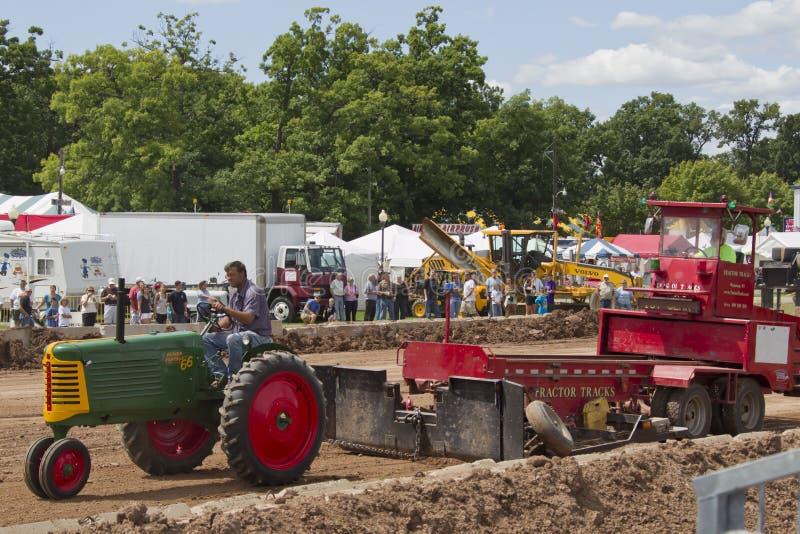 Gröna Oliver ror kantjusterar traktor 66 royaltyfri fotografi