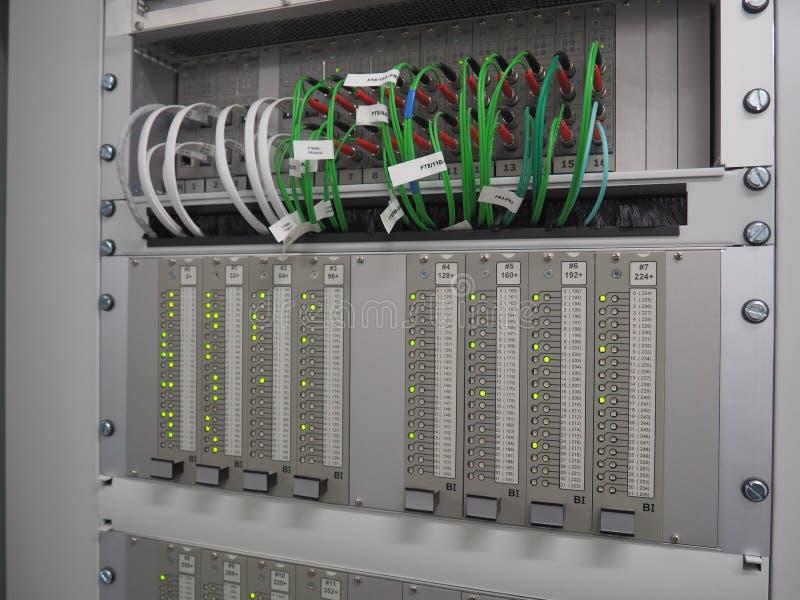 Gröna optiska fiberkablar och grönt indikatorer för tända royaltyfri foto