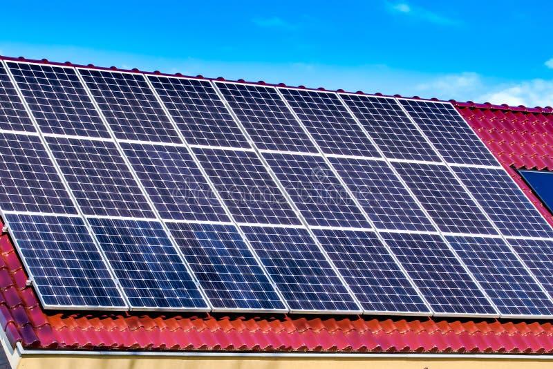 Gröna paneler för sol- energi arkivfoto