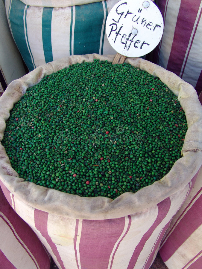 gröna peppercorns för påse royaltyfria foton