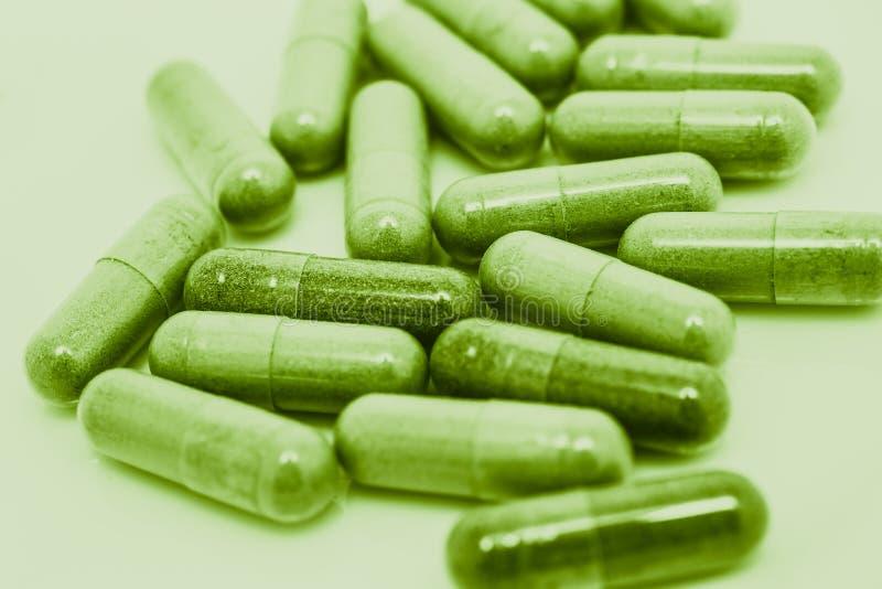 Gröna preventivpillerkapslar royaltyfri bild