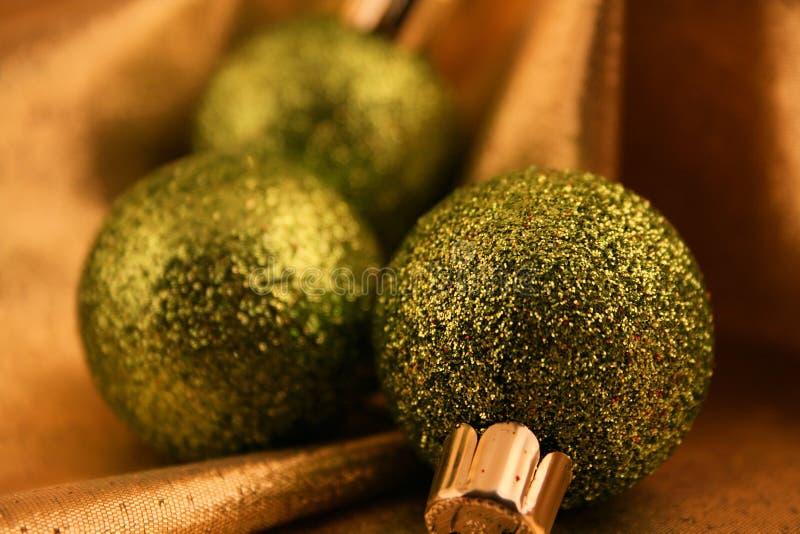 gröna prydnadar för jul arkivbild