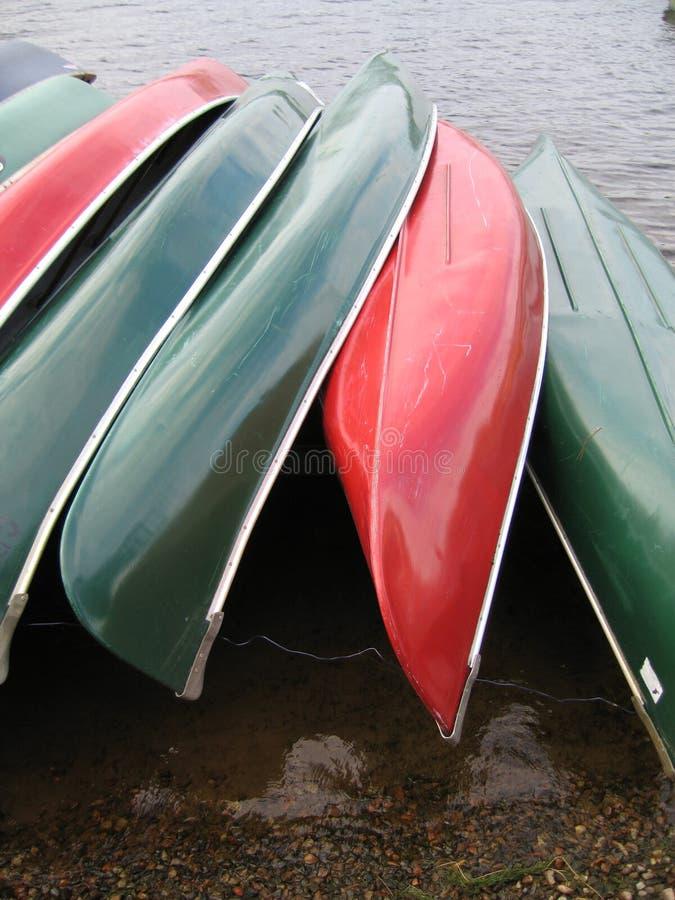 gröna röda roddbåtar royaltyfri fotografi