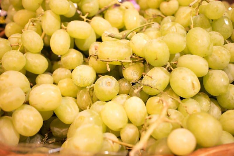 Gröna seedless druvor på marknadsför arkivbilder