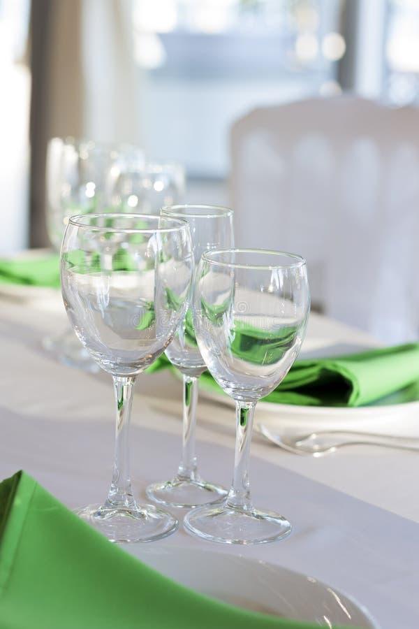 Gröna servettlögner på en vit platta Tjänad som tabell för ferien arkivfoton