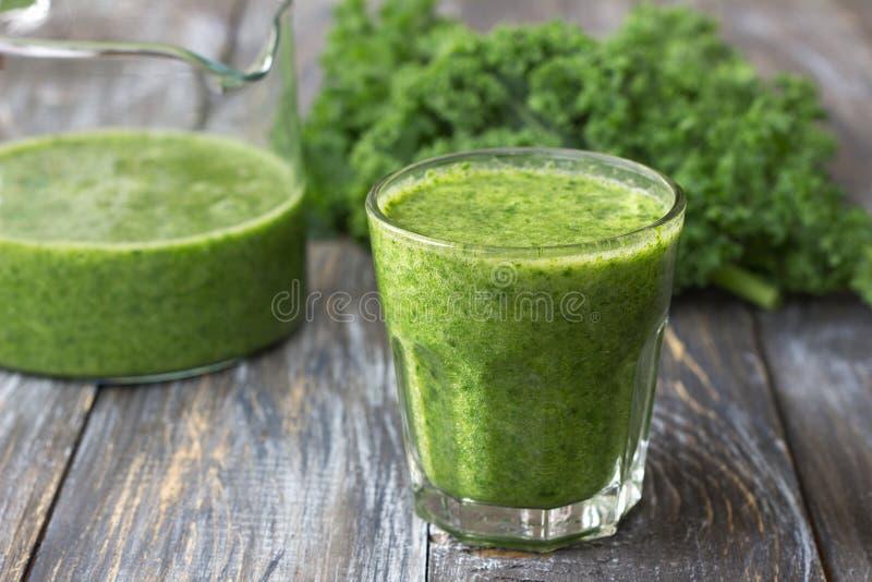Gröna smoothies med grönkål, bananen och citronen arkivbilder