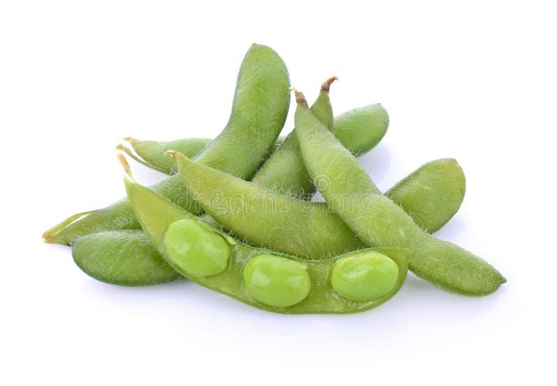 Gröna sojabönor på vit bakgrund royaltyfri bild