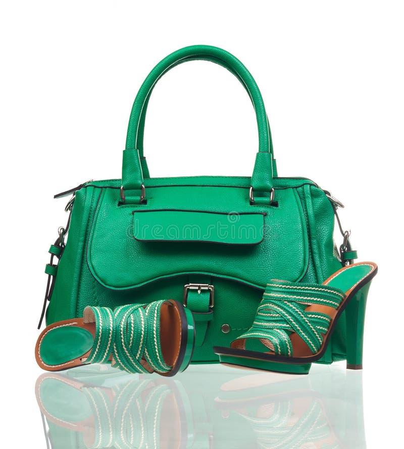 Gröna sommarskor och handväska över vit royaltyfria foton