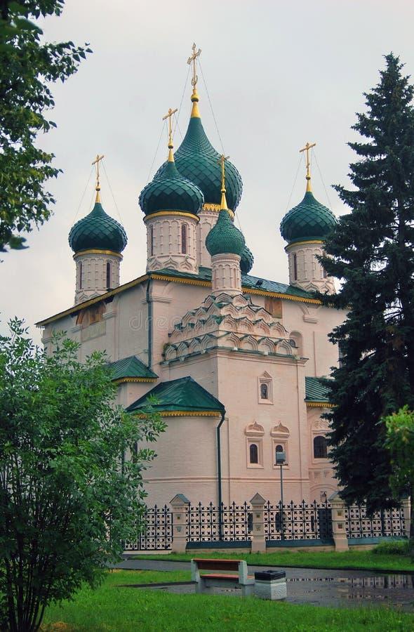 Gröna träd, grönt gräs, kyrkliga kupoler för gräsplan royaltyfria foton
