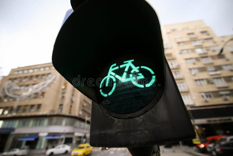 Gröna trafikljus för cyklister och övergångsställetecken arkivbilder