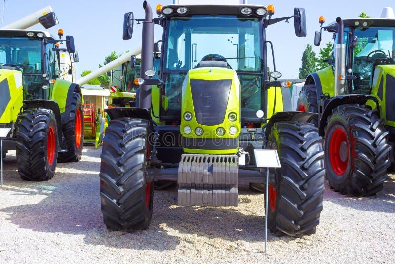 Gröna traktorer arkivbild