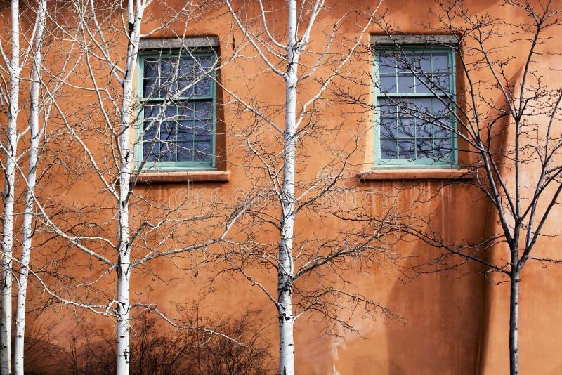 Gröna Windows som bevakas av Aspen Trees i Santa Fe som är ny - Mexiko royaltyfri foto