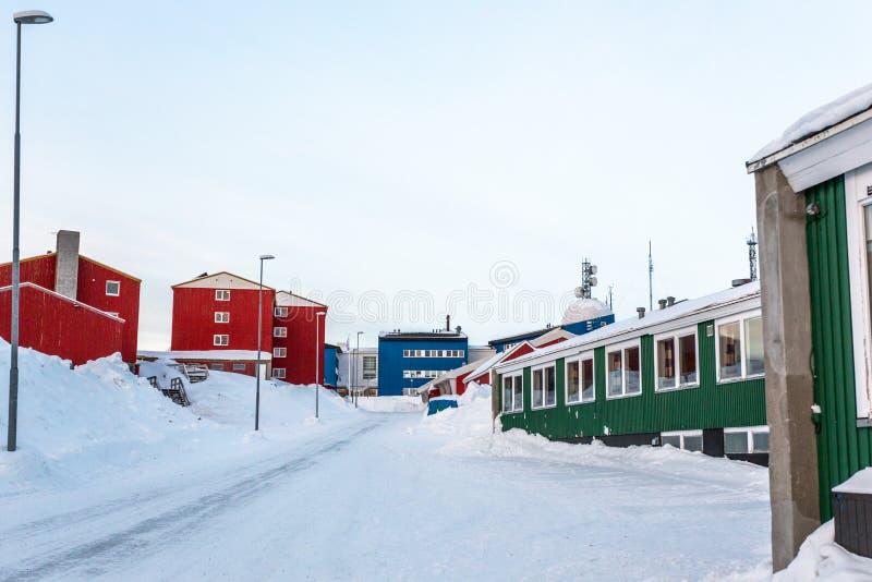 Grönländsk gata som täckas i snö med färgrika byggnader, Nuuk centrum, Grönland royaltyfri bild