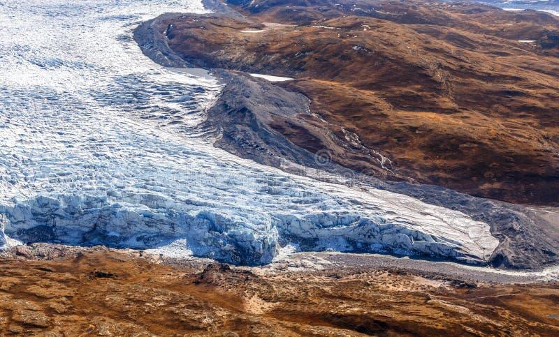 Grönländsk istäckesmältningsglaciär med flyg- sikt för tundra, nära Kangerlussuaq, Grönland royaltyfria bilder