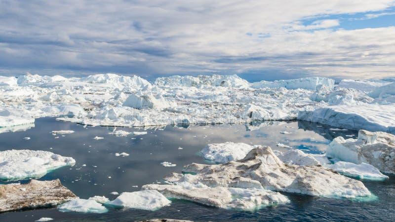 Grönland-Eisberglandschaft von Ilulissat-icefjord mit riesigen Eisbergen lizenzfreie stockbilder