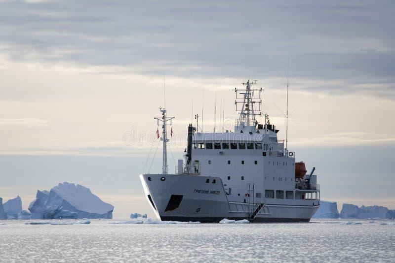 Grönland - isbrytare i Scoresbysund royaltyfria foton