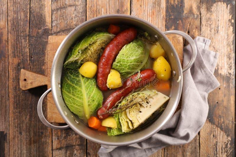 Grönsak, buljong och korv arkivfoto