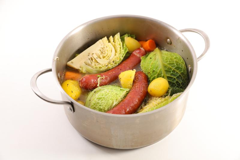 Grönsak, buljong och korv arkivbild