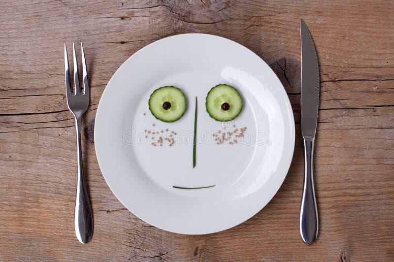 grönsak för male platta för framsida förvånad arkivfoto