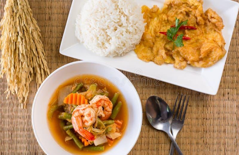 Grönsak för sur soppa för räka som blandad göras av tamarindfruktdeg och omelettet, lagat mat ris, läcker typisk thailändsk matst royaltyfri fotografi