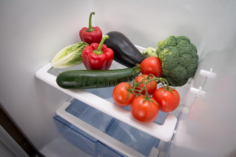 Grönsak i en tom kyl arkivbilder