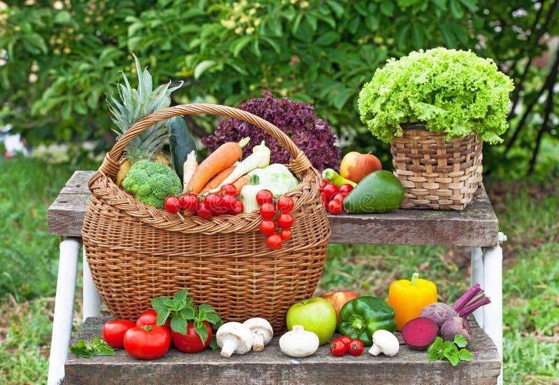 Grönsak i korgen på trappan arkivbilder