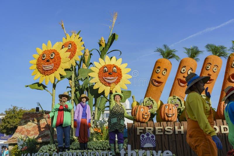 Grönsak lantgårdstilflöte i den berömda Rose Parade fotografering för bildbyråer