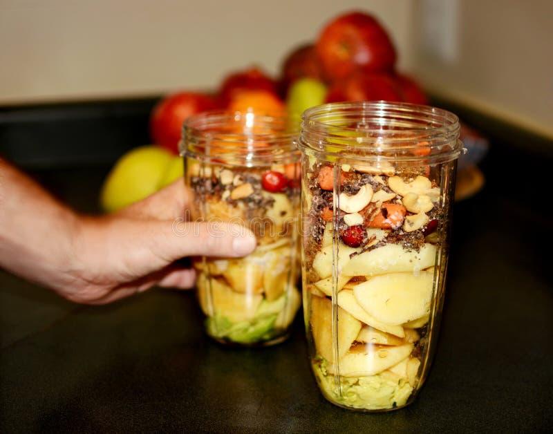 Grönsak- och fruktblandning som är klar för smoothies arkivbilder